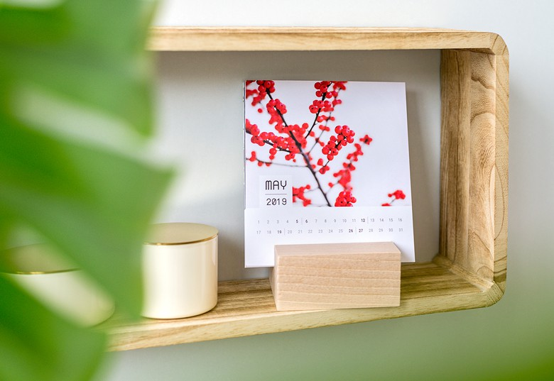 009 Kalendar manji sa drvenim postoljem